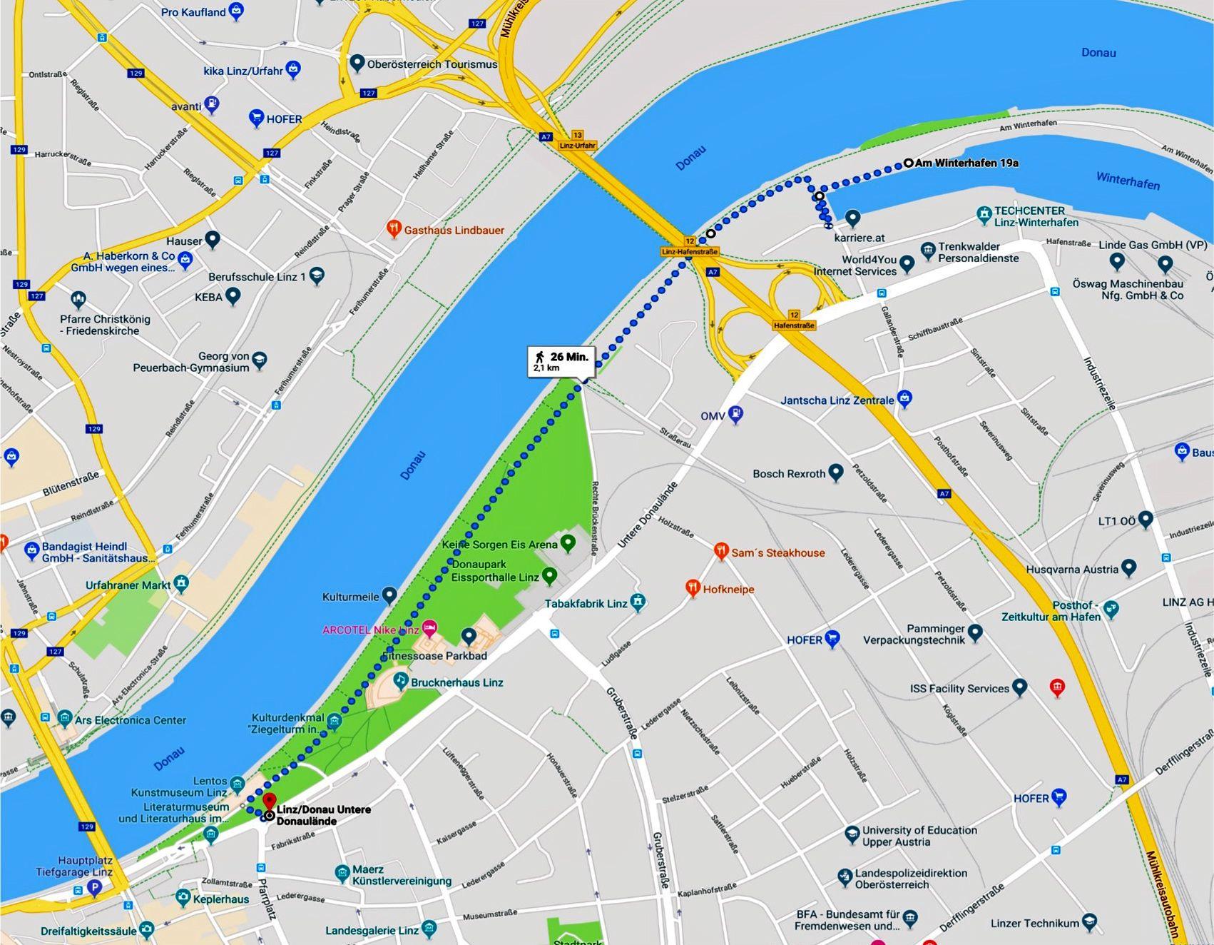 Links Bushaltestelle Untere Donaulände --> Bus 6h 14h 22h nach Engelhartszell, ÄGIDI = Busname, rechts im Winterhafen das Bootshaus des www.lfc.at