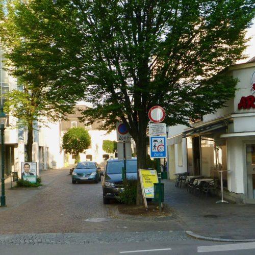Am Beginn der Fußgängerzone ist ein Café mit täglichen Öffnungszeiten: 6-22h