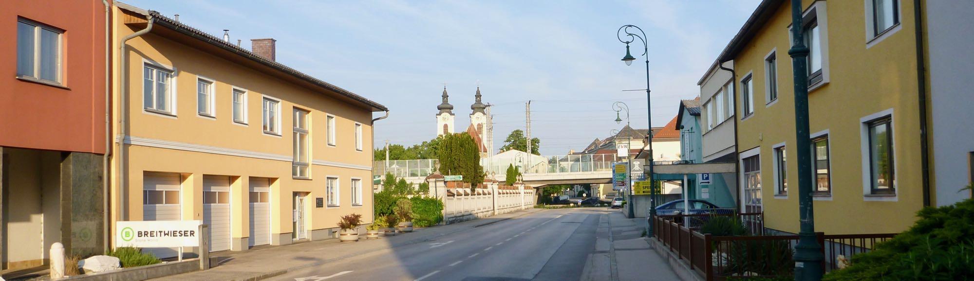Der Morgenspaziergang führt in die Stadt. Von Weitem sieht man die zweitürmige Kirche