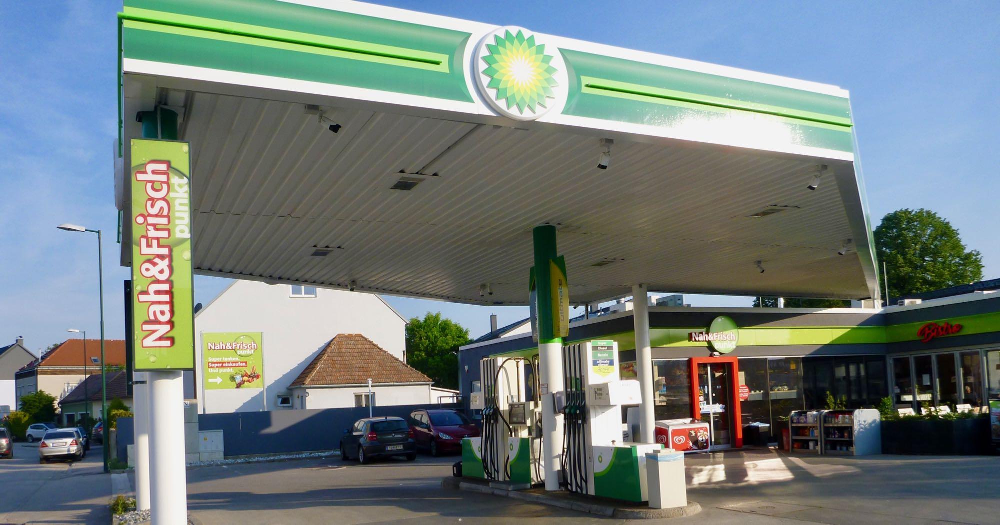 Nahe Campingplatz gibt es eine Tankstelle mit Shop, Mo-Sa 6-22h geöffnet, Sonntags 8-22h