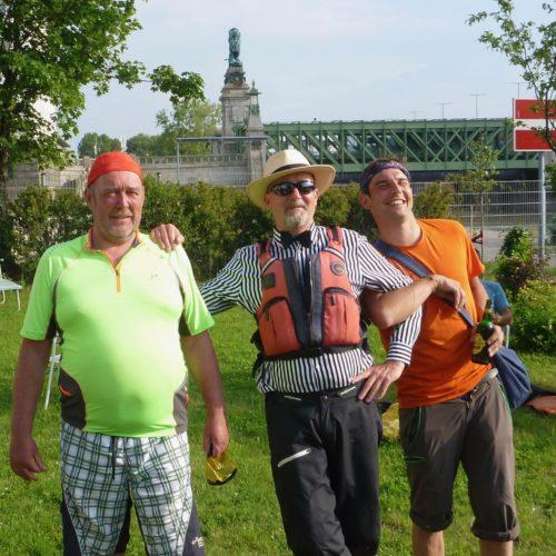 Starke Paddler vor starkem Schemerlbrücken-Löwen