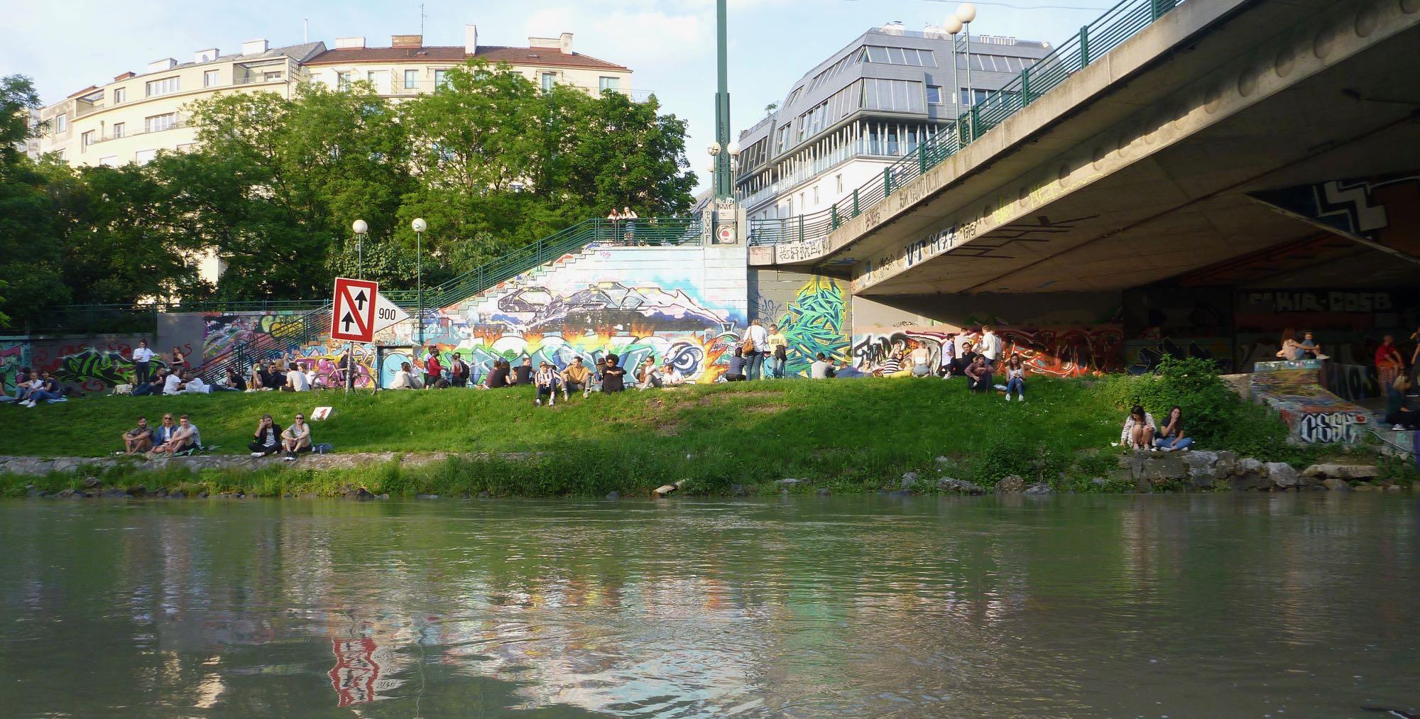 Schön langsam wird´s am Donaukanal lebendig, Tausende Wiener und Gäste genießen das entspannende Ambiente.