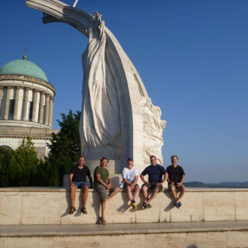 Vor dem Krönungsdenkmal des König István ist die Gruppe versammelt, Fritz, Jürgen, Wolfgang, Robert und ich