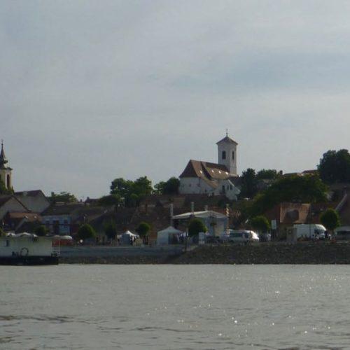 Szentendre hat abends ein Fest mit Festzügen, Musik und Kulinarik als Erinnerung an die Pestzeiten im Mittelalter