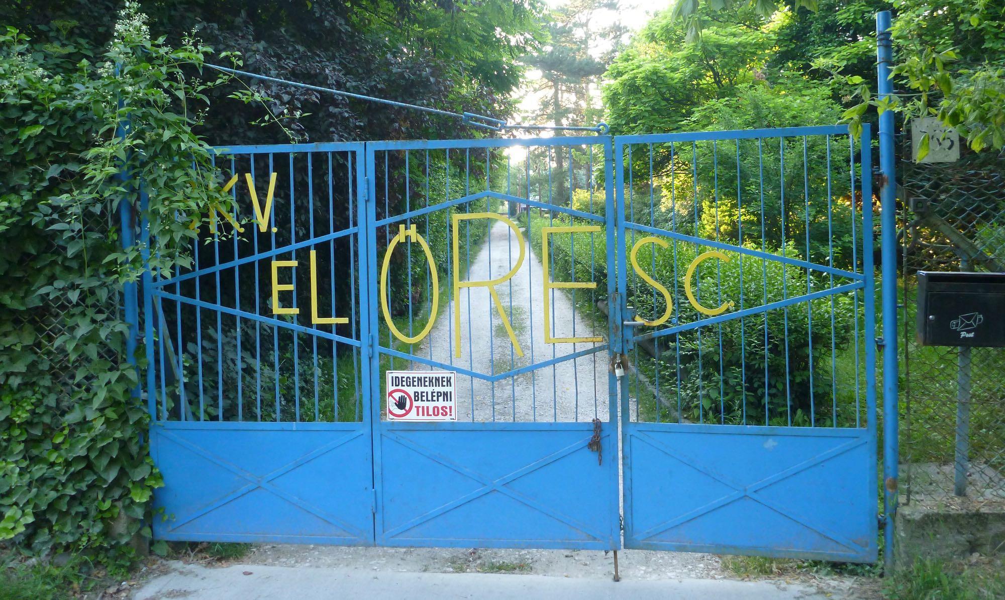 Tor des Vereinsgeländes in Budapest beim Verein von Gabor